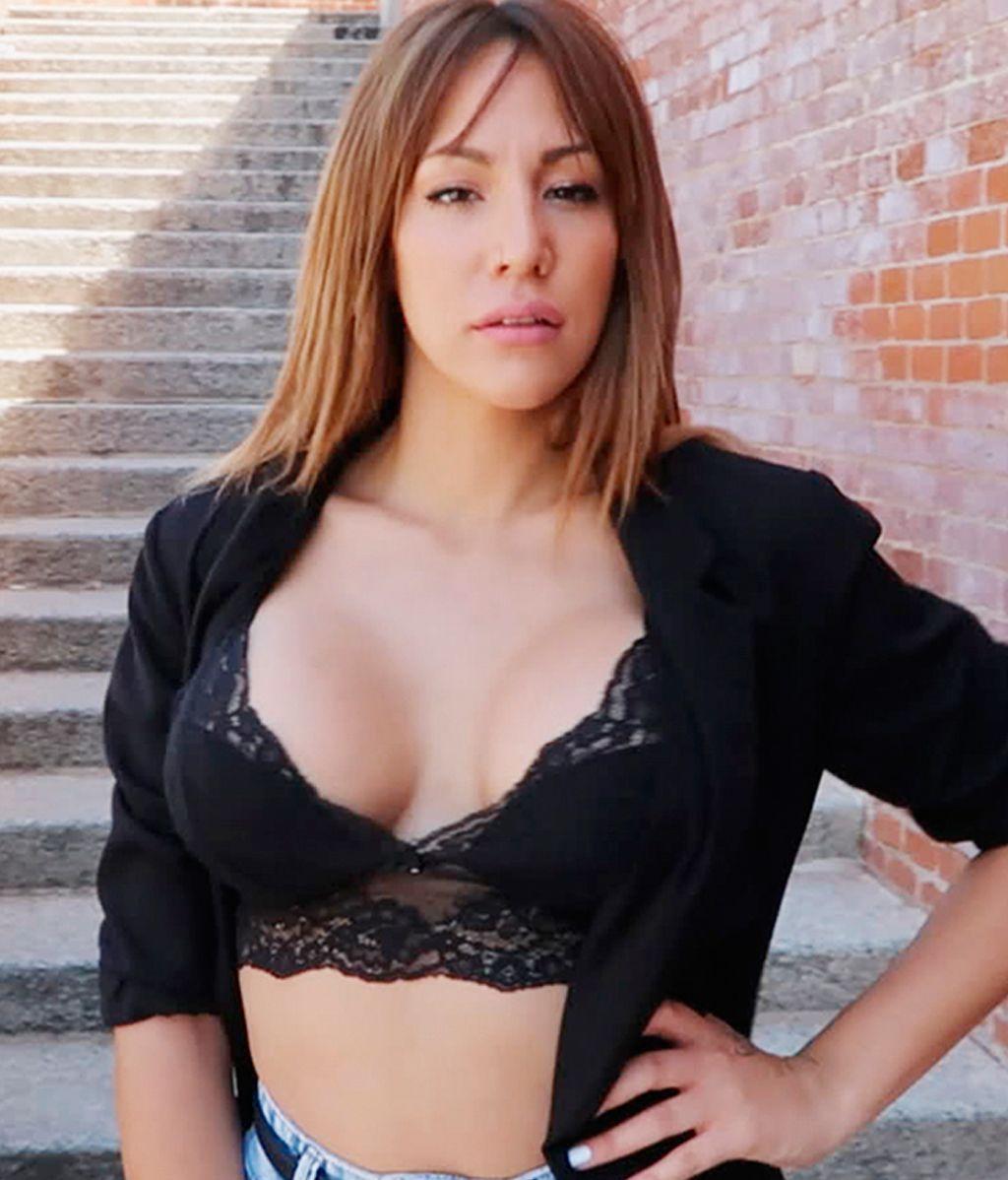 Steisy Myhyv Posa Completamente Desnuda En La Piscina Outdoor