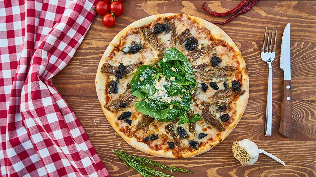 Pizza de atún con aceitunas