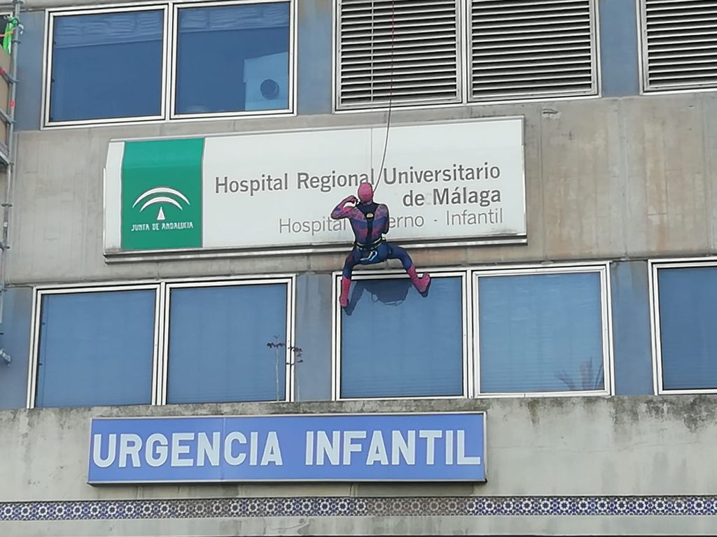 Spiderman se descuelga por la fachada