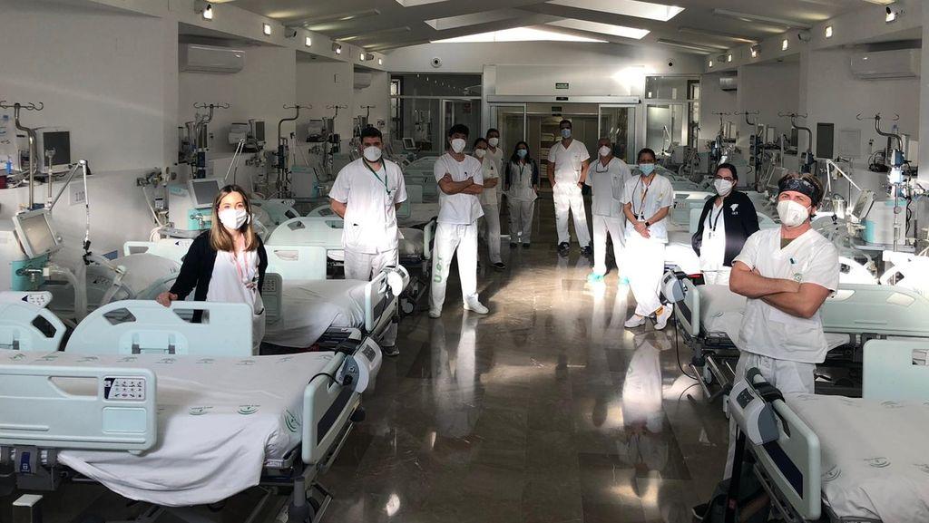 Sanitarios preparados en la capilla, ahora UCI
