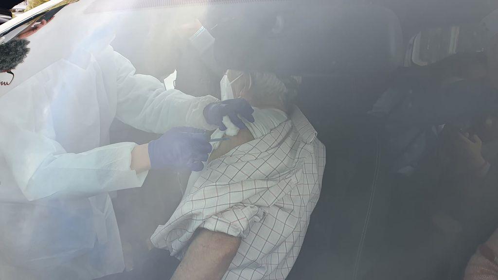 Vecino de Ronda recibiendo la vacuna