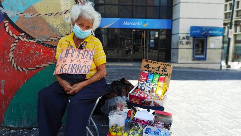 Anciana comerciante informal en sabana grande Venezuela