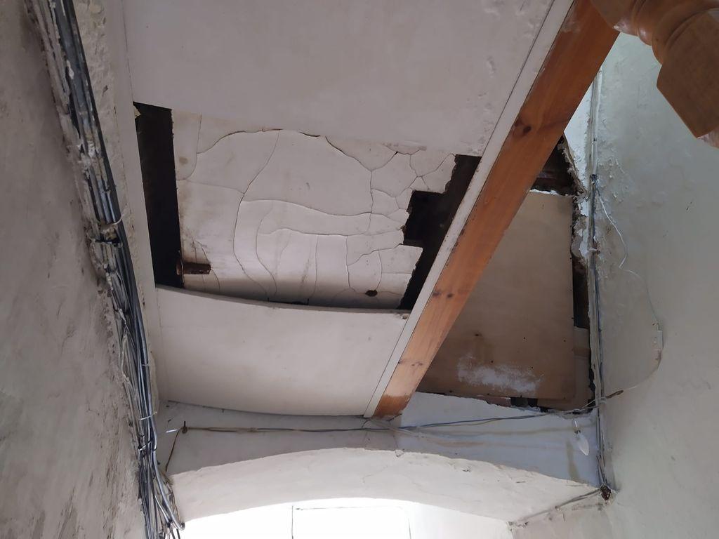 Techo destrozado de uno de los pisos