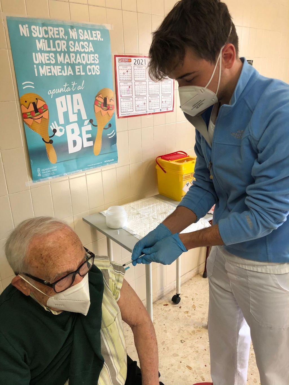 Julián vacunando a su abuelo