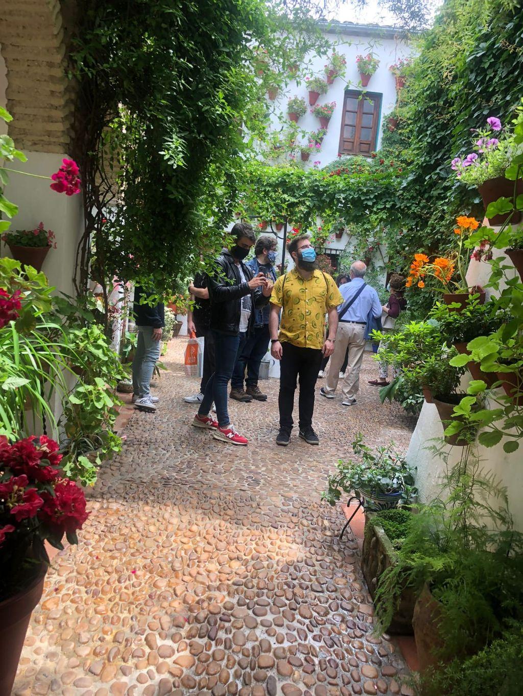 Patio con visitantes, en Córdoba.