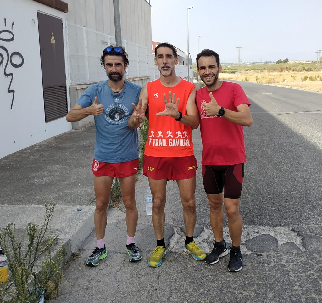 Los amigos de Serna apoyándolo en uno de los maratones