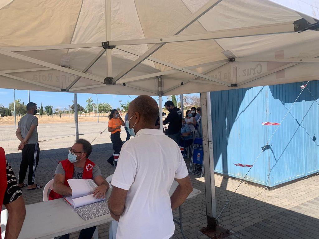Residente del asentamiento de Lepe esperando para vacunarse.