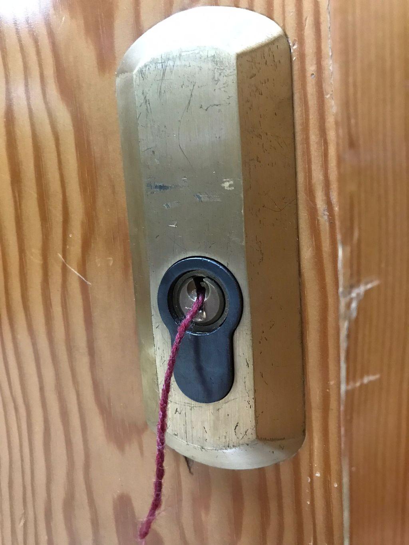 Hilo de lana en un bombín para abrir la puerta.