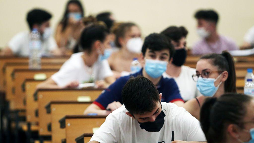 EuropaPress_3224166_estudiantes_agolpan_facultad_medicina_espera_ser_llamados_realizacion