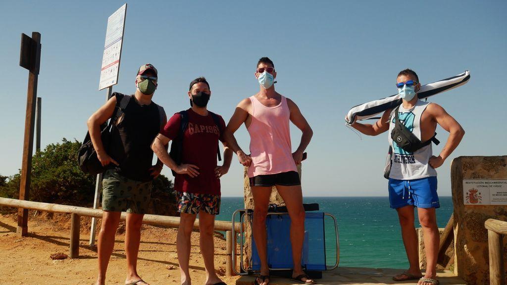 El playero enmascarado: las mascarillas llegan a las playas andaluzas para luchar contra la Covid-19