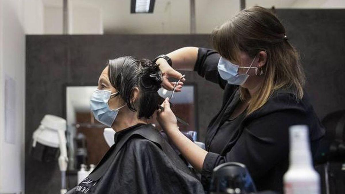 La mascarilla salvó del coronavirus a 139 clientes de una peluquería