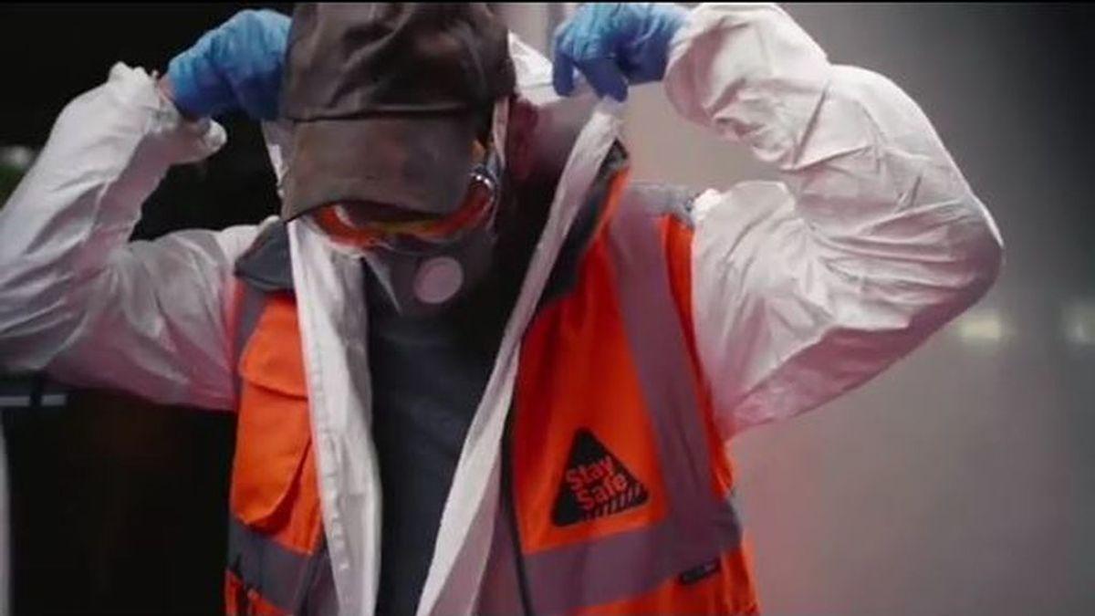 Banksy, operario de desinfección y grafitero: se cuela en el metro de Londres y lo pinta para concienciar sobre la mascarilla