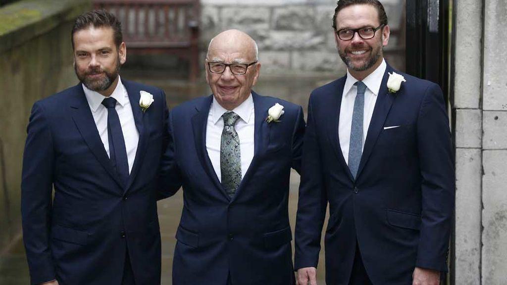 Rupert Murdoch, con sus hijos Lachlan y James, en su boda con Jerry Hall (2016)