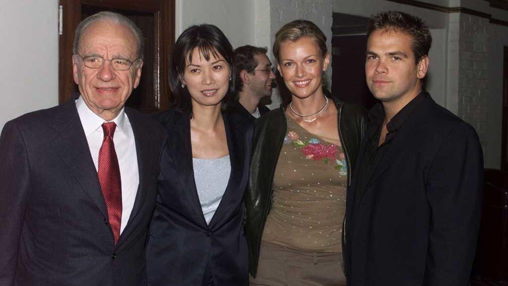 Rupert Murdoch con su tercera mujer, Wendi Deng, su hijo Lachlan y su nuera Sara O'Hare