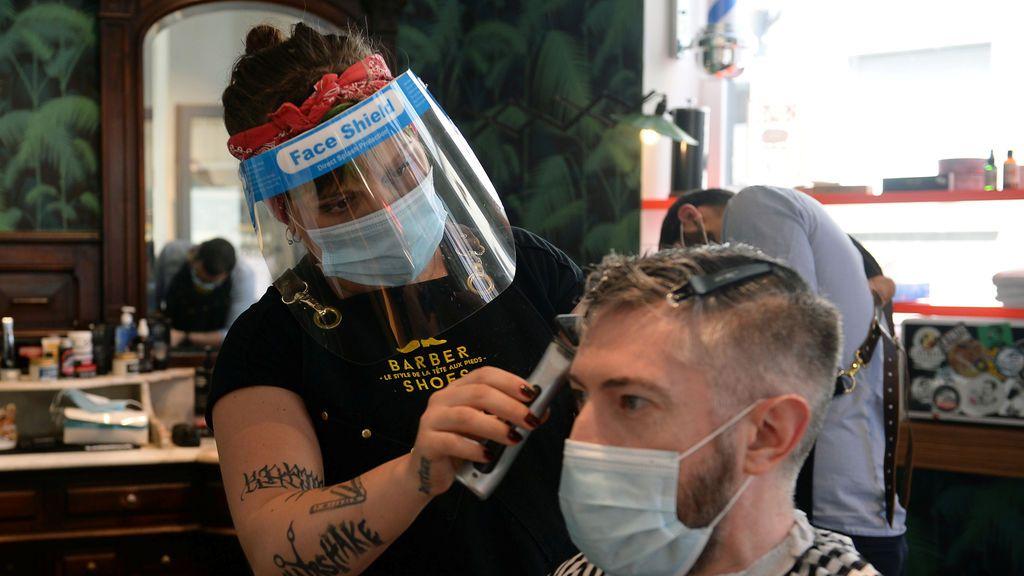 La mascarilla salva del contagio a 139 clientes de una peluquería con trabajadores infectados de coronavirus