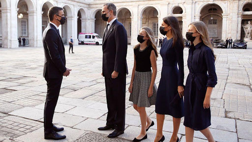 Los reyes saludan al presidente del Gobierno a su llegada al homenaje de Estado
