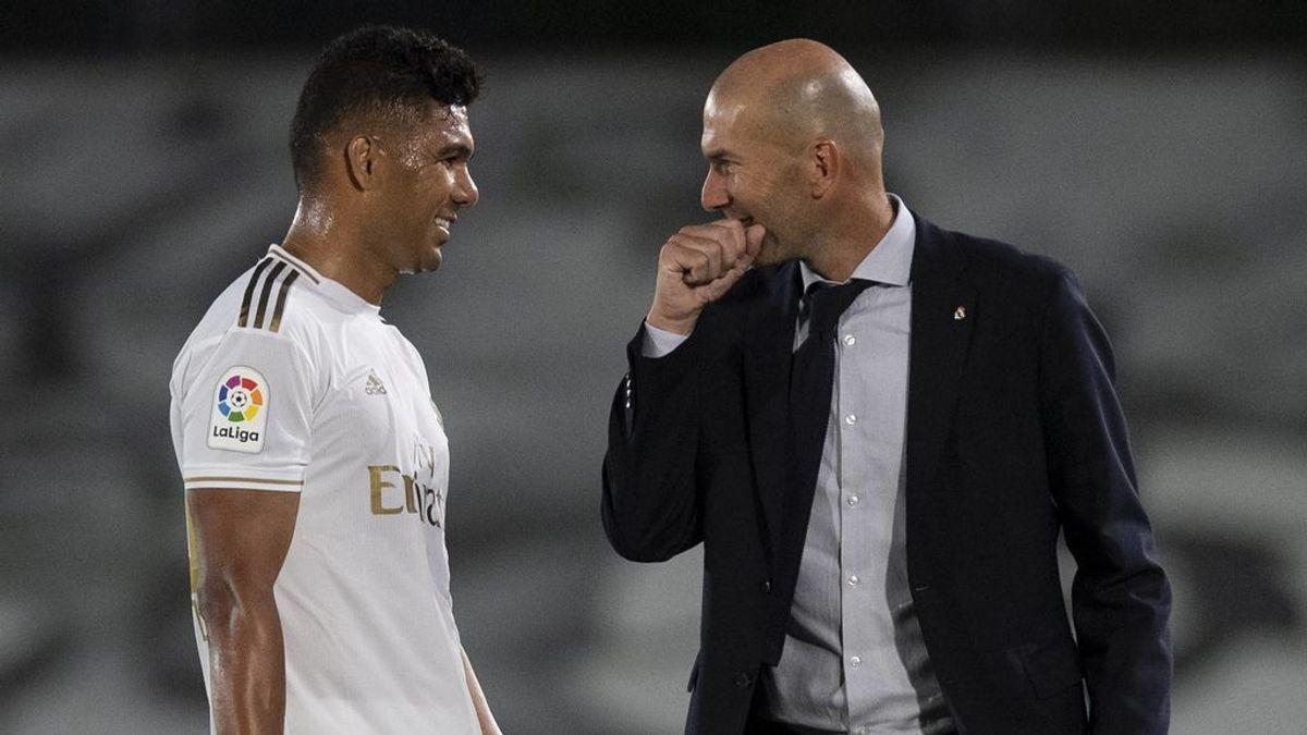 Casemiro y Zidane hablan durante un partido.