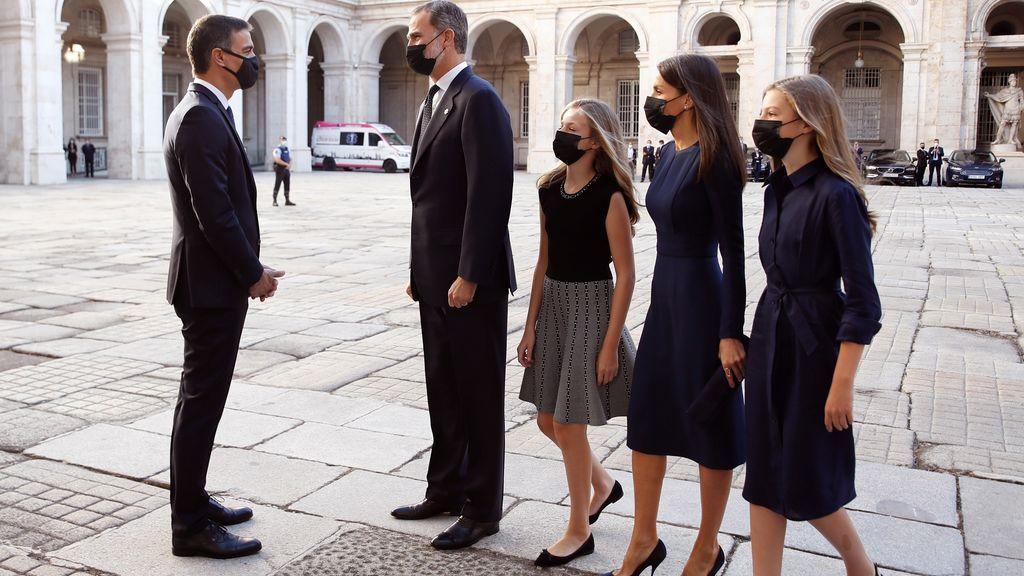 El presidente del Gobierno, Pedro Sánchez, recibe a la familia real