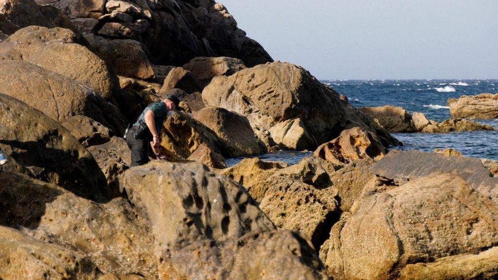 Un Guardia Civil buscando entre las rocas
