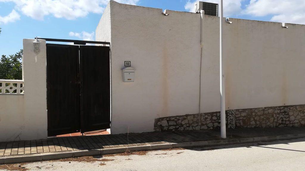 La entrada a la vivienda okupada con la puerta forzada