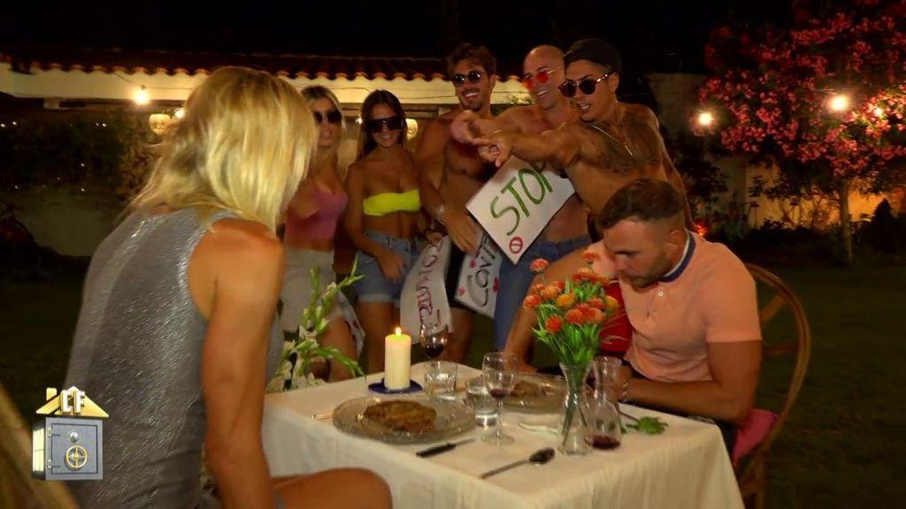 """Yola y Cristian ven boicoteada su cena íntima por una manifestación: """"¡¡Stop a la infidelidad!!"""""""