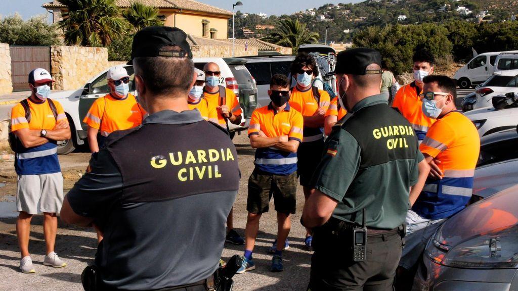 Compañeros de Alejandro reciben las instrucciones de Guardia Civil