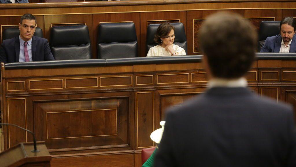 Pablo Casado se dirige a Pedro Sánchez en una sesión de control en el Congreso