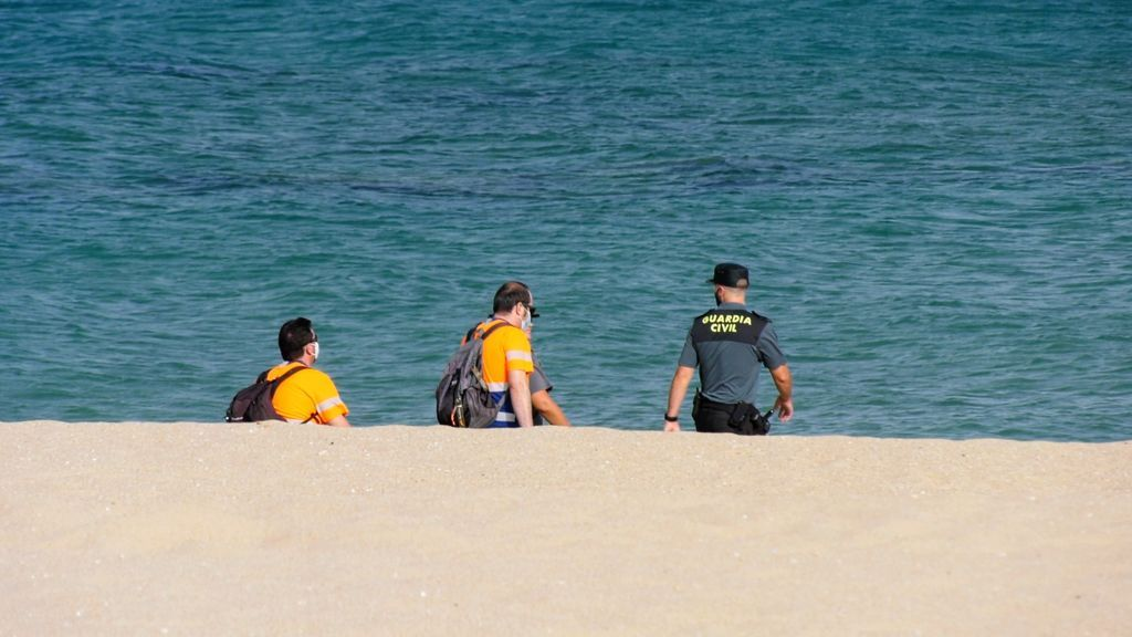 Voluntarios y Guardia Civil rastrean la playa de Los Alemanes