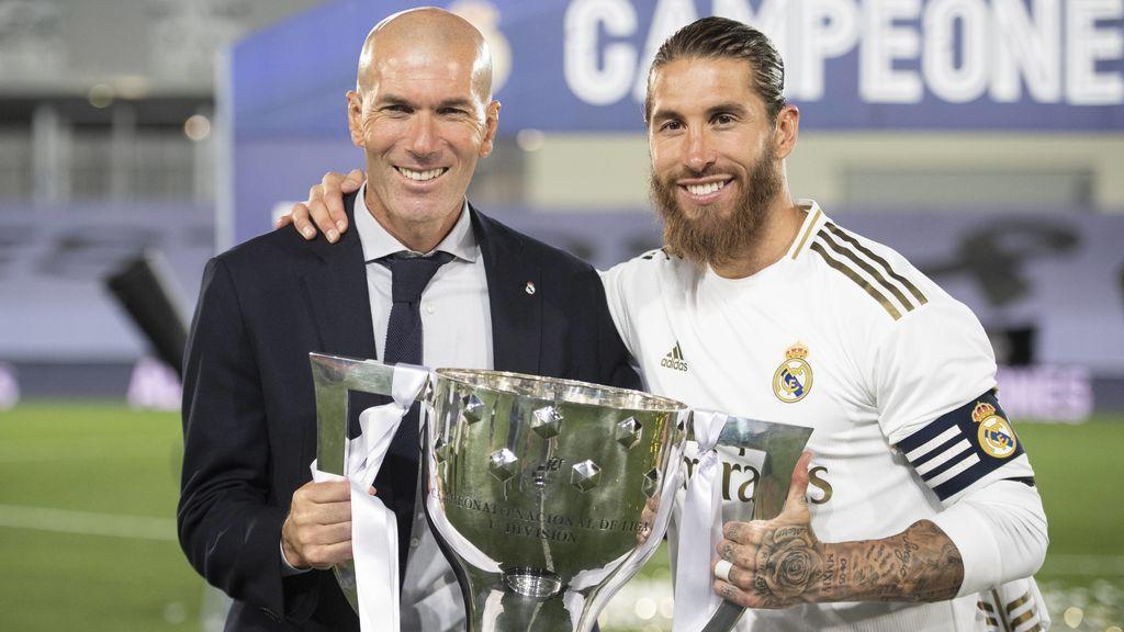 Zidane y Ramos posan con el trofeo de Liga.