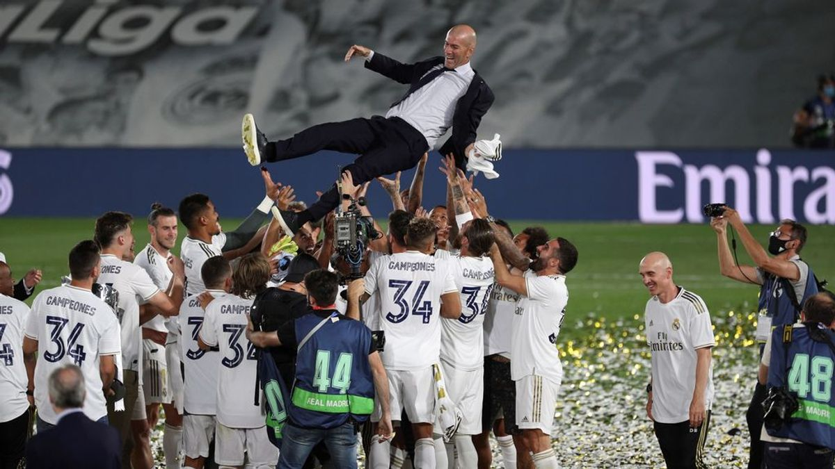 Bale observa a Zidane durante el manteo.