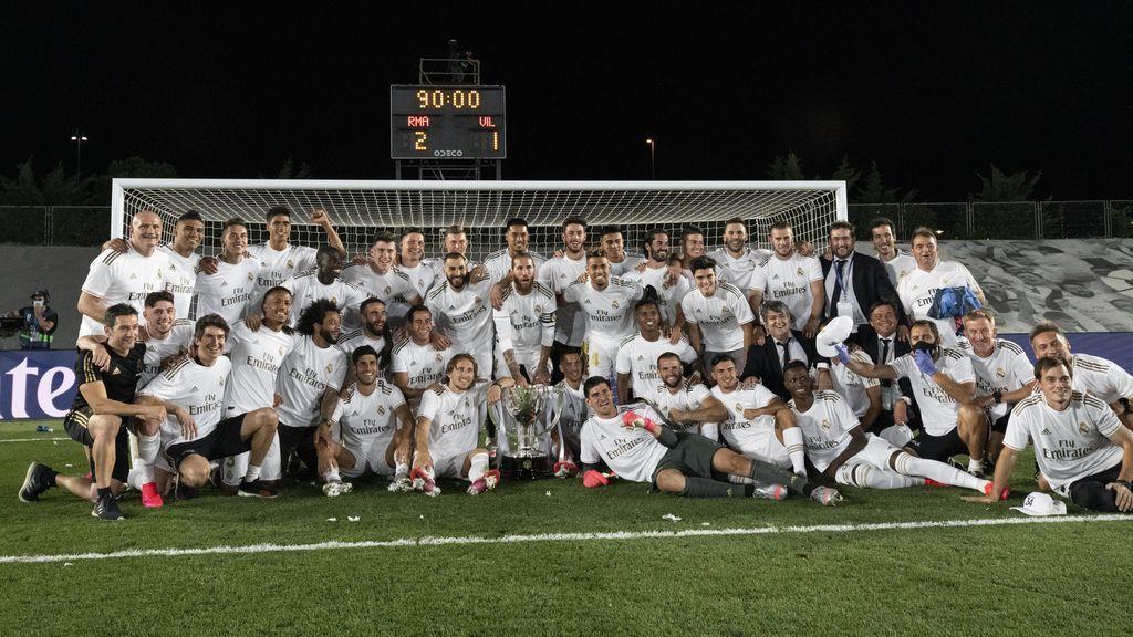Los jugadores del Real Madrid y el cuerpo técnico posan con el título.