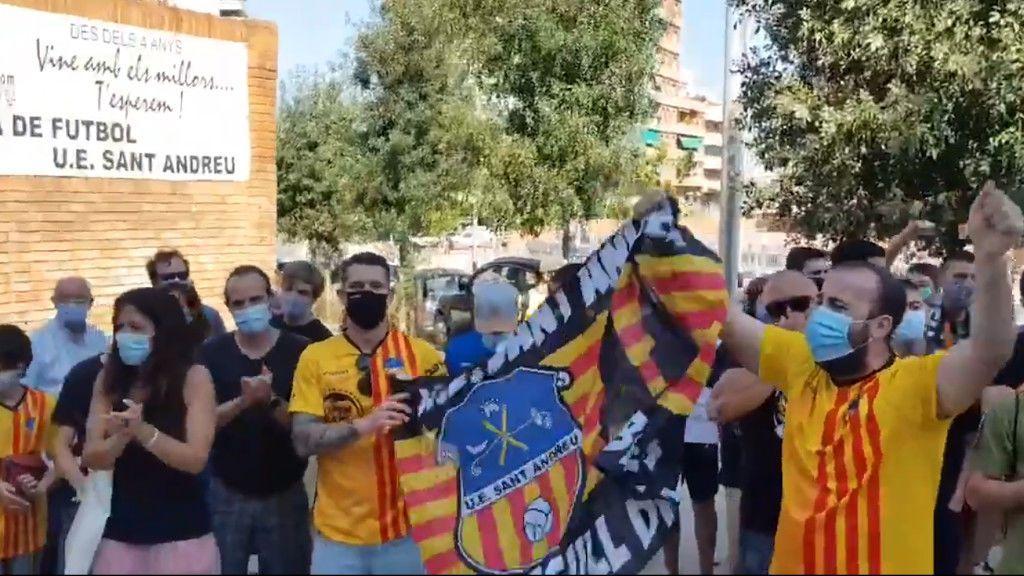 Aficionados del Sant Andreu se agolpan con mascarillas para animar a su equipo en el ascenso a Segunda B