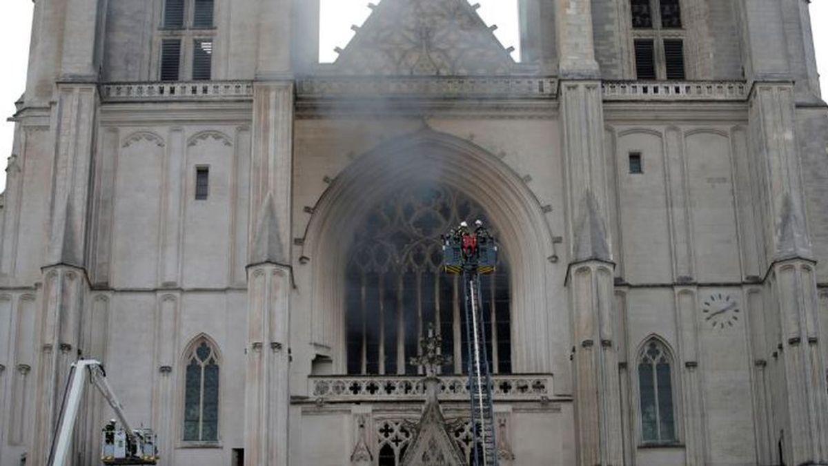 La catedral de Nantes en llamas: se declara un incendio en el interior