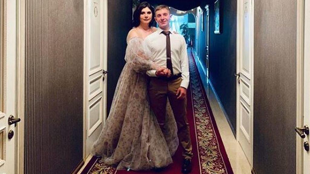 Amor sin barreras: una mujer se casa con su exhijastro, al que crió desde que él tenía siete años