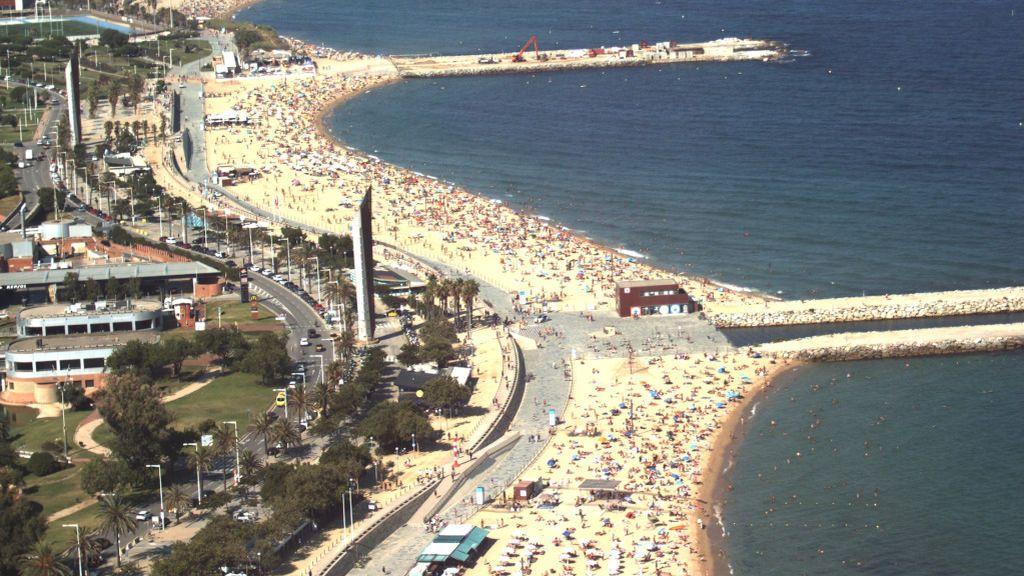 Las playas de Barcelona completan su aforo en el primer día de confinamiento recomendado