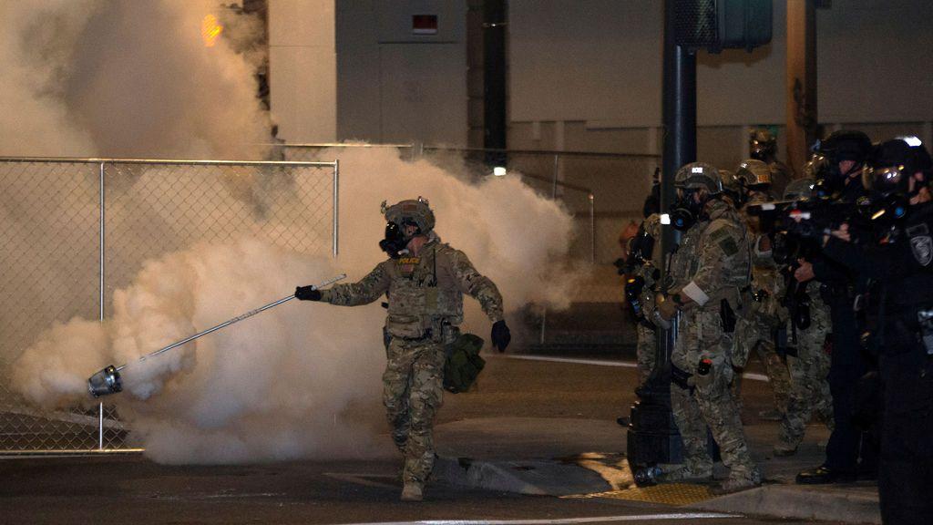 Manifestantes incendian la sede de la Asociación de Policías en ...
