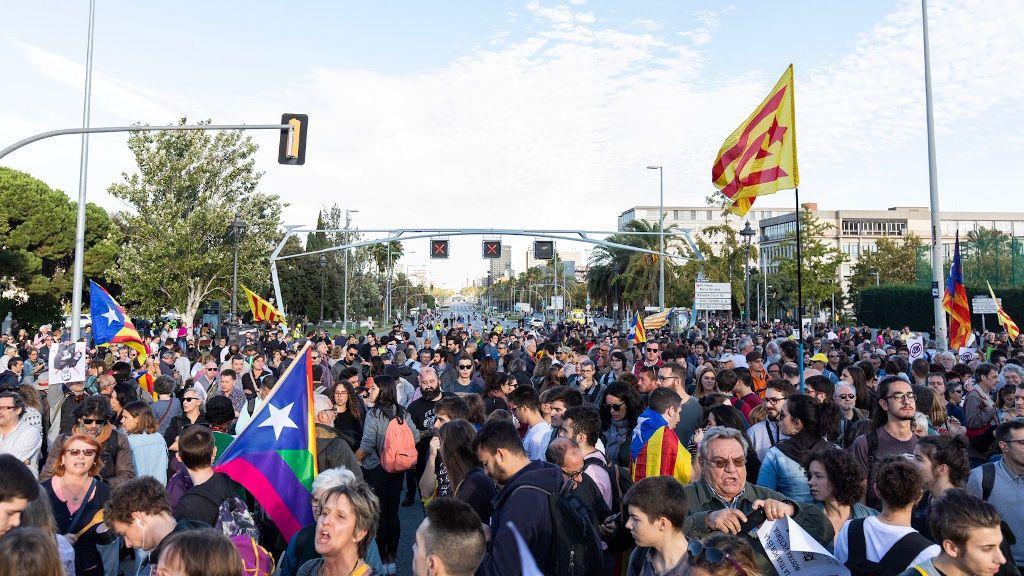 Òmnium llama a los catalanes de zonas sin brotes de Covid-19 a manifestarse contra la visita de los Reyes