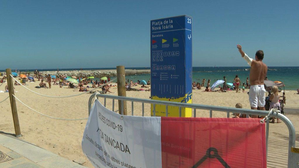 Cierran tres playas de Barcelona al alcanzar su aforo máximo permitido a pesar de las recomendaciones de confinamiento