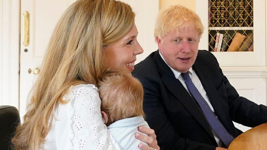 Boris Johnson muestra a su hijo de dos meses y medio en una videoconferencia