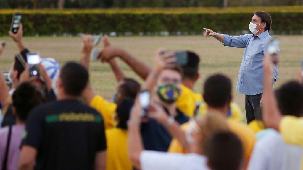 Bolsonaro saluda a una multitud de seguidores a pesar de seguir infectado con la covid-19