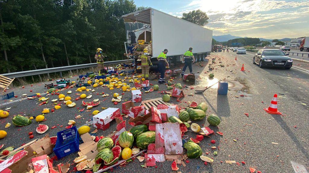 Explosión de sandías y melones: accidente entre dos camiones en la AP-7 en Fogars de la Selva