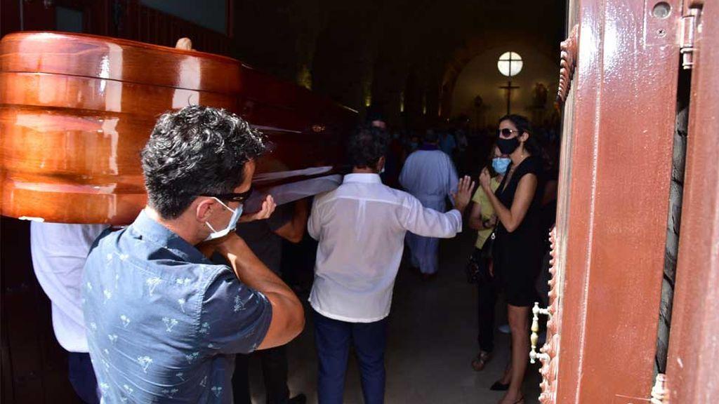 Los restos mortales de Antonio Juan Vidal son trasladados al interior de la iglesia donde ha tenido lugar el funeral