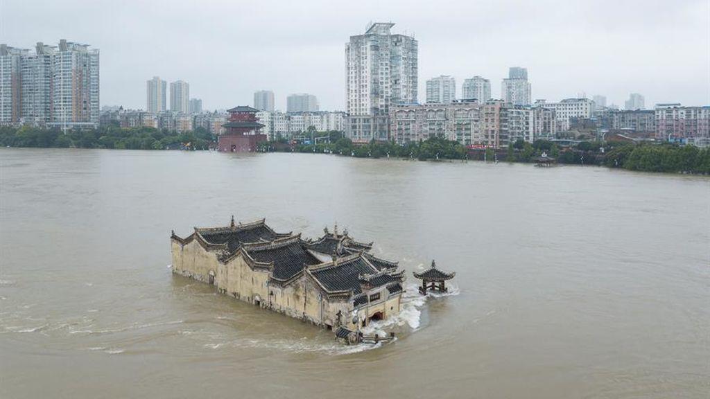 Un templo en medio del Yangtsé: las lluvias inundan todo alrededor de un edificio en China