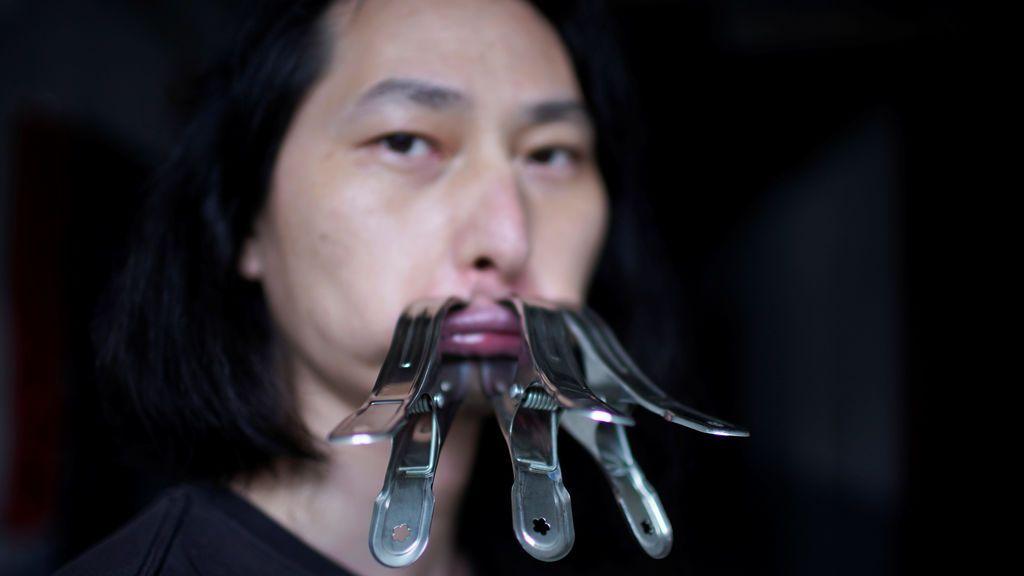 Un artista chino se cierra la boca durante un mes por la censura durante la pandemia