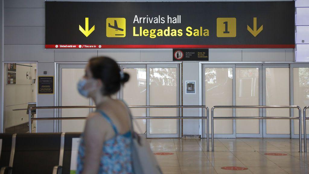 """Madrid insiste en exigir PCR a los turistas antes de volar hacia Barajas: """"El ojo clínico no sirve"""""""