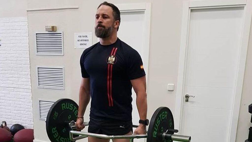 Abascal presume de músculos enfundado en una camiseta de la Armada
