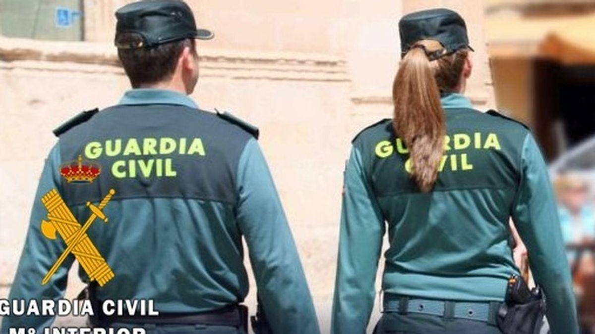 Una mujer da a luz dentro de un autobús en Granada, asistida por dos agentes de la Guardia Civil