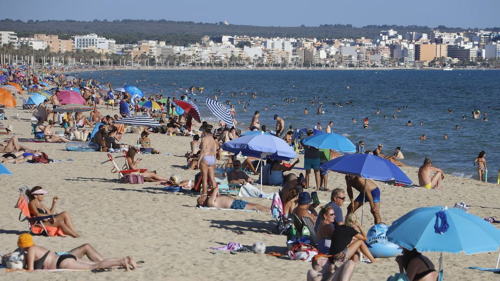 EuropaPress_3243226_19_july_2020_spain_palma_mallorca_people_crowd_on_the_beach_of_arenal