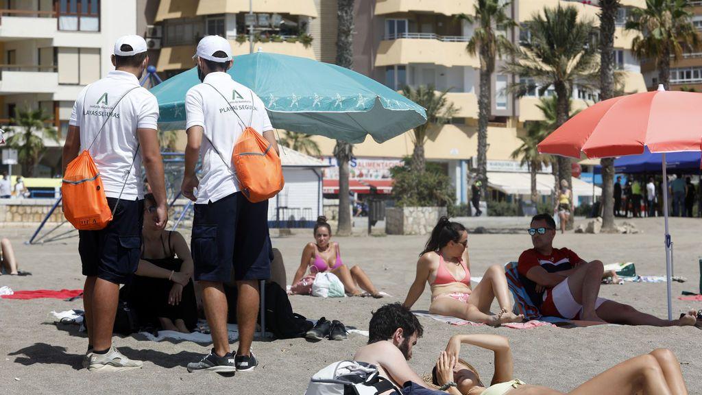 EuropaPress_3242243_pareja_vigilantes_playa_andalucia_asesoran_banistas_medidas_preventivas