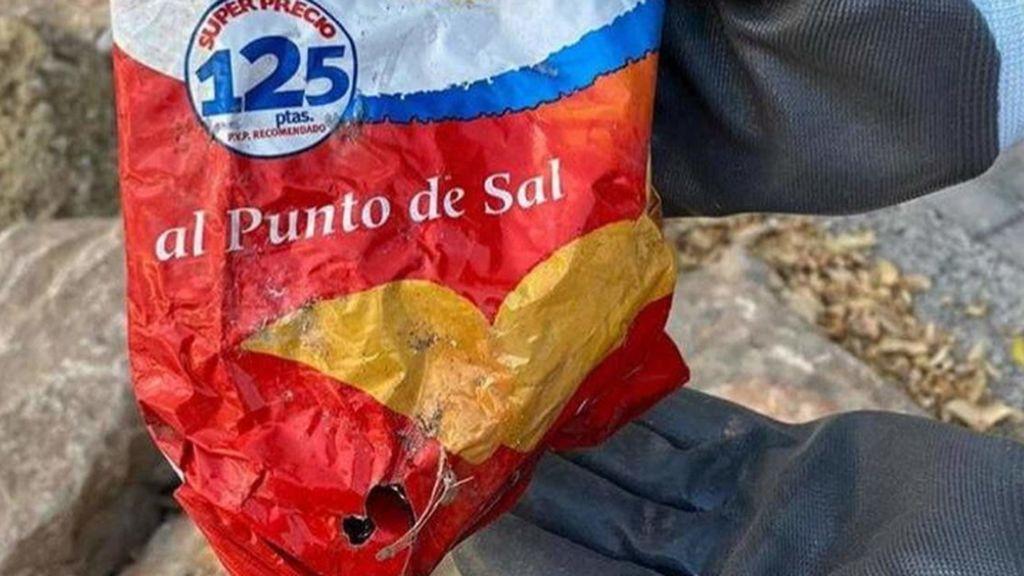 Encuentran en una playa de Alicante una bolsa de patatas de hace 22 años: costaba 125 pesetas